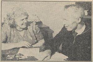 <p>Lammert en Anna Post met de wonderlijke brief die ze ontvingen. - Foto: Volkskrant, 8 januari 1059</p>