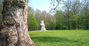 <p>Het monument voor graaf Adolf in Heiligerlee. - Foto: xPeria2Day via Flickr</p>