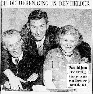 <p>De verloren broer Henk (midden), tussen Lammert en Anna. – Foto: De Telegraaf, 8 januari 1959</p>