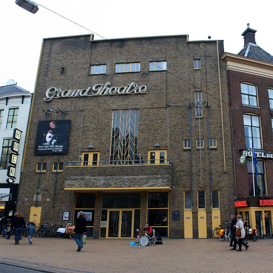 <p>De gevel van het Grand Theatre in 2010. - Foto: Wikimedia Commons, ZanderZ</p>