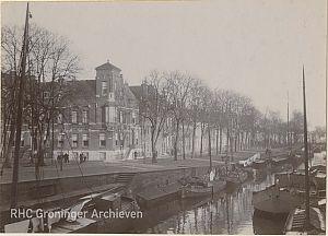 Het huis van W.F. Hermans (met uitstekend raam) op de hoek van de Ossenmarkt en Spilsluizen. - Foto: www.beeldbankgroningen.nl (1785-18129)